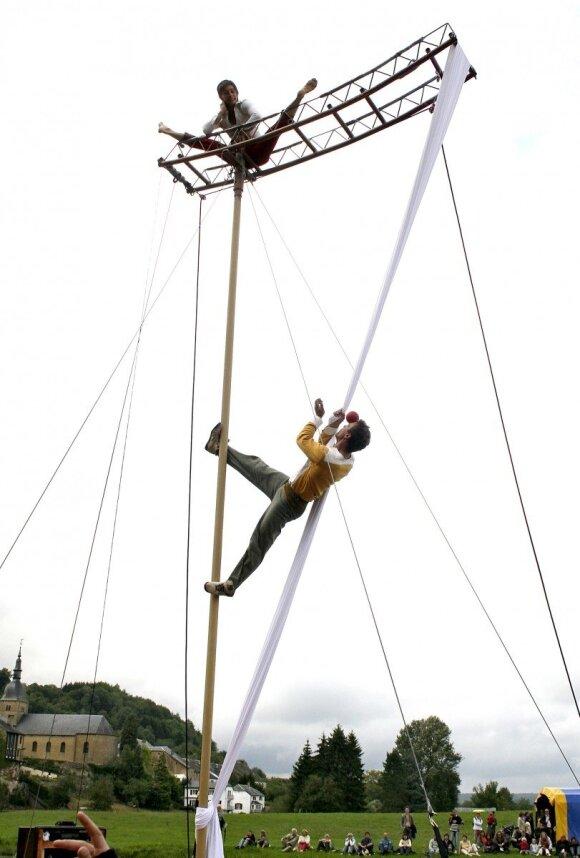 Gatvės cirko festivalyje – artistų triukai dešimties metrų aukštyje