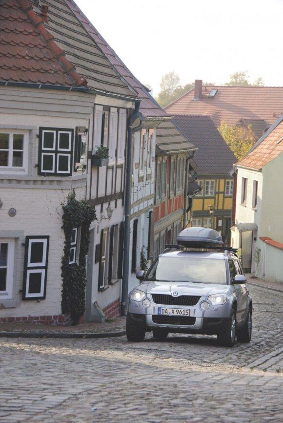 """Meklemburgas–Pomeranija (Vokietijos žemė): mūsų """"Škoda"""" laisvai nardė net siauromis gatvelėmis."""