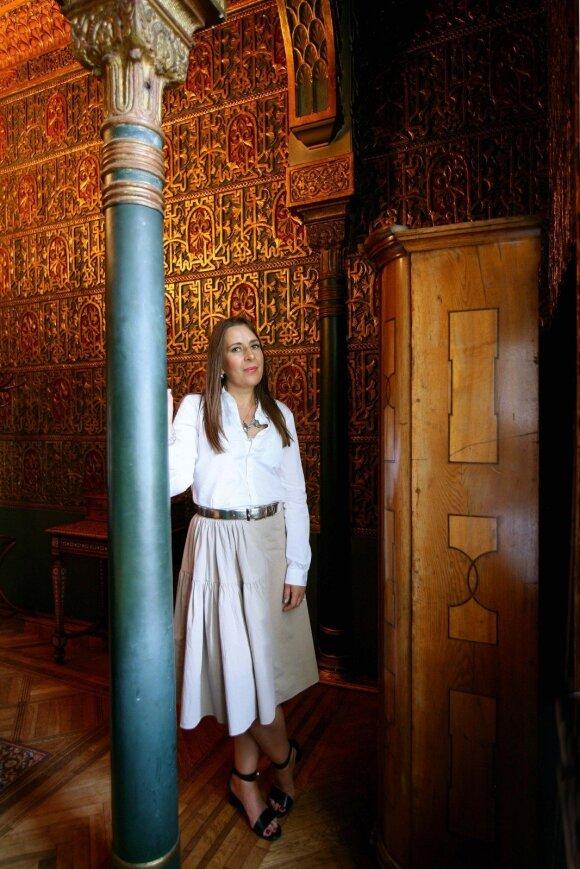 Egzotiškos maurų architektūros rūmų vonia dabar – posėdžių kambarys