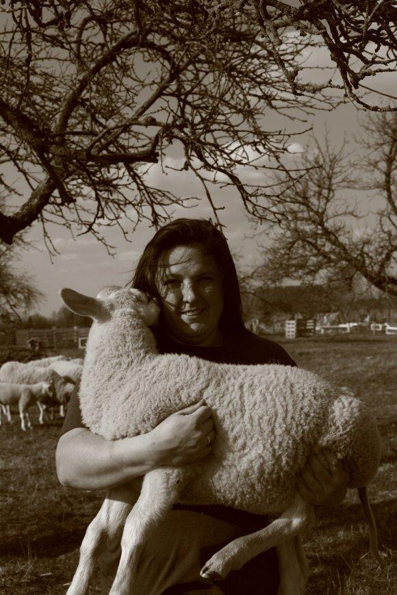Pardavusi motociklą ir nusipirkusi avių buvusi baikerė neatsidžiaugia gyvenimu kaime