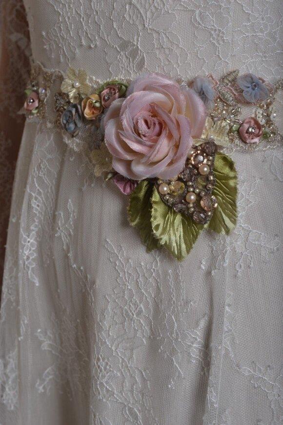 Gėlės - vestuvinė suknelės puošmena