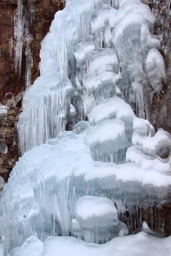 Įspūdingiausi ledo sukaustytų krioklių vaizdai