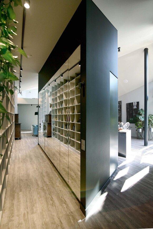 Vienoje pusėje – sieninė spinta veidrodinėmis durimis, kitoje – virtuvė