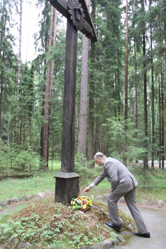 Левашовское кладбище под Санкт-Петербургом. Возложение цветов в памятнику литовцам – жертвам репрессий