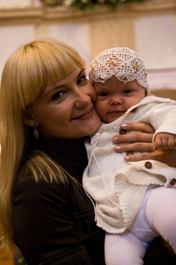 Asta su dukrele krikštynų dieną, mergaitei - metukai