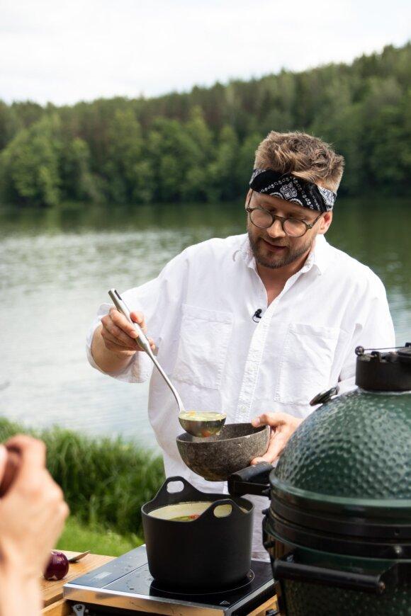 Alfas Ivanauskas gamina gardžiąją žuvienęsu ant grilio kepta lašiša ir marinuotais agurkėliais