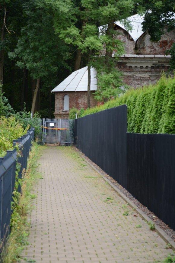 Atėjusįjį nuo Saulėgrąžų g. pasitinka užrakinti vartai, padabinti spalvinga stop juosta