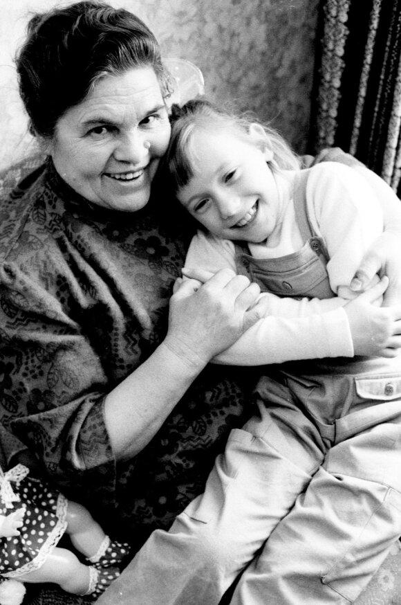 Rasa Prascevičiūtė su maskviete Jakaterina Volčeva, kuri rūpinosi mergaite 1988 -aisiaias metais