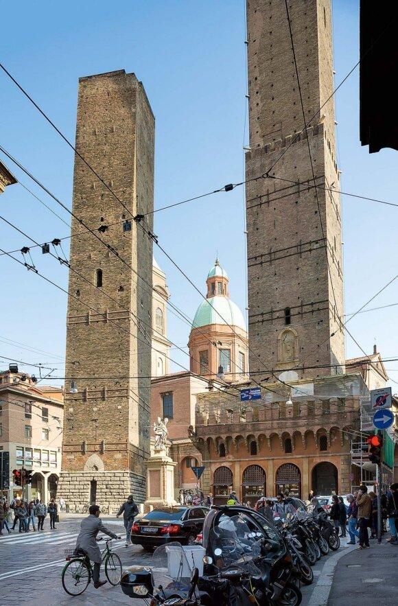 Šie bokštai – miesto simbolis. Į aukštesnįjį (jis Italioje aukščiausias) galima užlipti mažais laiptukais