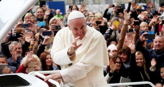 Popiežius sveikino tikinčiuosius Kauno rotušės aikštėje