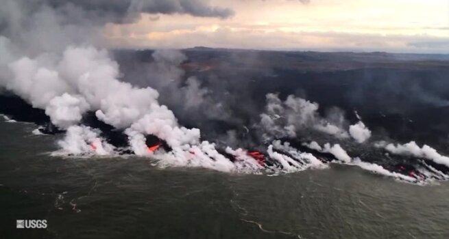 Kilauea ugnikalnio lava pasiekė vandenyną: rūgšties dūmų karštis dešimt kartų viršija virimo temperatūrą