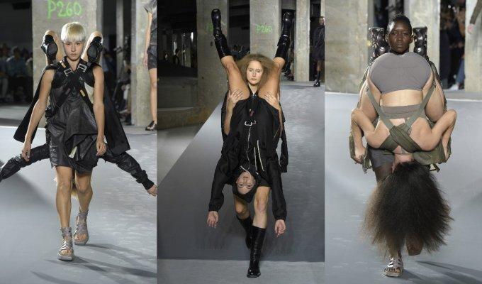 Paryžiaus mados savaitėje modeliai ant kaklo kaip papuošalus nešiojosi kitus modelius FOTO