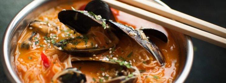 Leiskitės į skonių kelionę: azijietiška sriuba su makaronais ir jūrų gėrybėmis