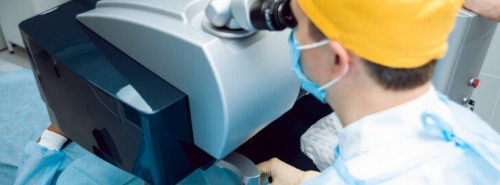 Lazerines akių korekcijas atliekantis daktaras paaiškino, kodėl pats nešioja akinius