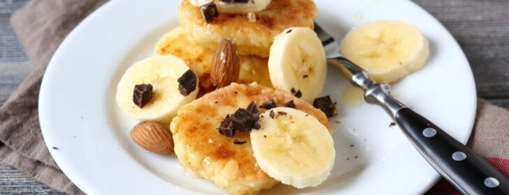 Blynai su graikiniais riešutais ir bananais, kurie patiks ir veganams
