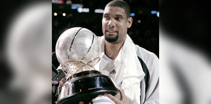 """Timas Duncanas (""""Spurs"""") laiko NBA Vakarų konferencijos čempionų taurę"""