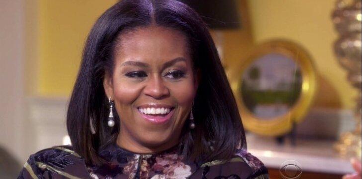 """Michelle Obama atskleidė, kas buvo """"Tiffany"""" dėžutėje, kurią jai prieš metus įteikė Melania Trump"""