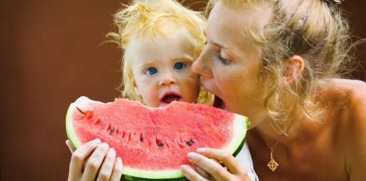 """<span style=""""color: #ff0000;"""">FOTO:</span> kaip supjaustyti arbūzą, kad būtų patogu valgyti"""