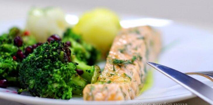 Garuose paruošta lašiša su brokoliais ir granatais