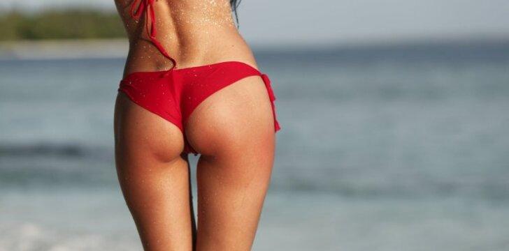 Mergina paplūdimyje