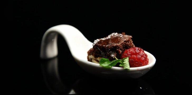 Šokoladinis pyragas su avietėmis ir riešutais