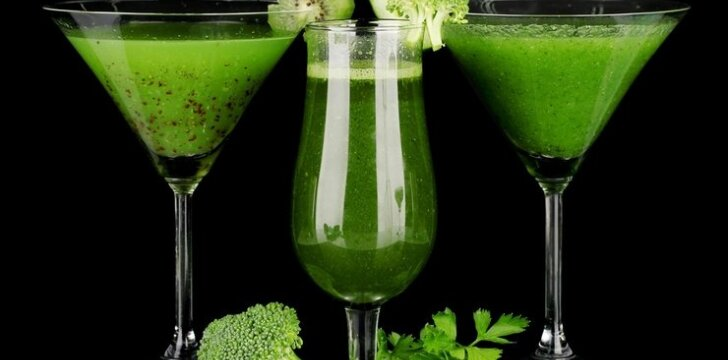 Žaliasis kokteilis su kiaulpienėmis