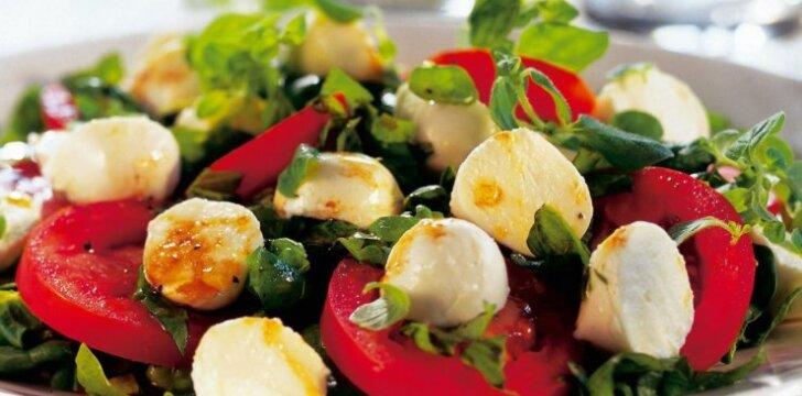 Špinatų salotos su pomidorais ir mocarela