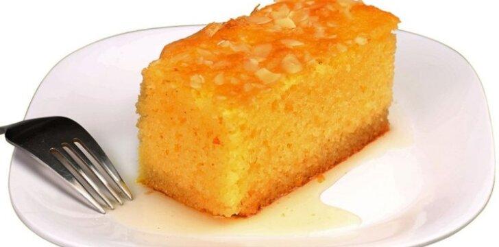 Manų kruopų pyragas su sirupu