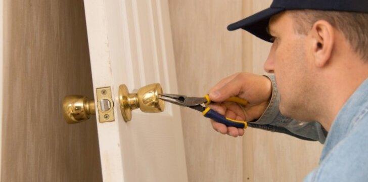 Kaip nesunkiai apsukti duris