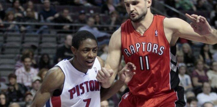 """Linas Kleiza (""""Raptors"""") stabdo Brandoną Knightą (""""Pistons"""")"""