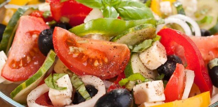 Daržovių salotos su sūriu