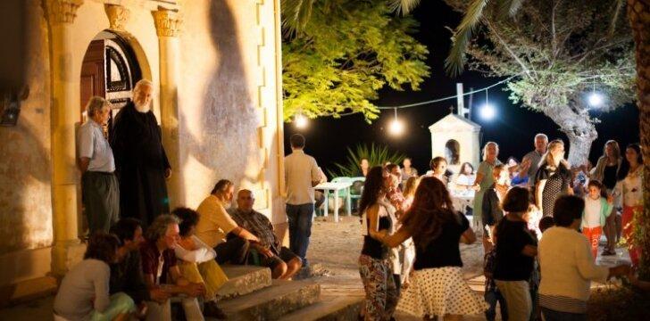 Kerkyros sala: taip atrodo vakarėlis bažnyčios kieme
