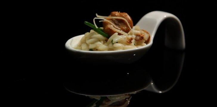 Špinatų ir kokosų pieno sriuba su sezamais