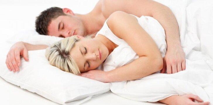 """Kodėl moterims reikia <span style=""""color: #ff0000;"""">miegoti ilgiau</span> nei vyrams?"""
