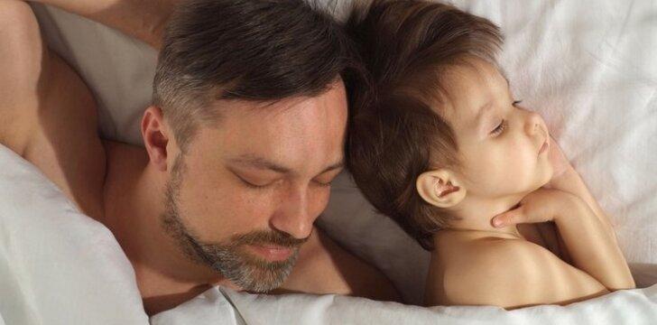 """Žindantis vyras sūnų maitina """"tėčio"""" pienu <sup style=""""color: #ff0000;"""">foto</sup>"""
