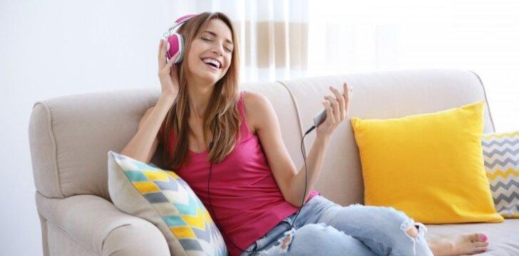 Pratimai tinginukėms: 5 trenerio pratimai tiesiog sėdint ant sofos