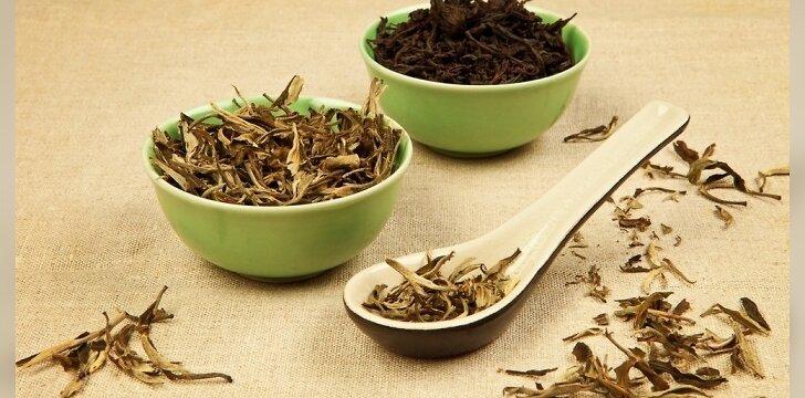 Puodelyje juodos arbatos yra apie 40-42mg kofeino, o žalios - iki 22mg.