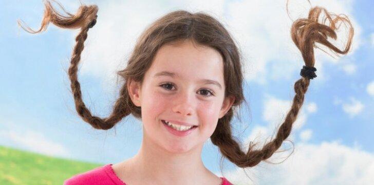 Pamatykite: mama raito įspūdingas šukuosenas savo dukrytei