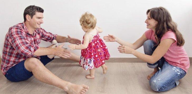 Pirmieji vaiko žingsniai: gydytojos patarimai tėvams