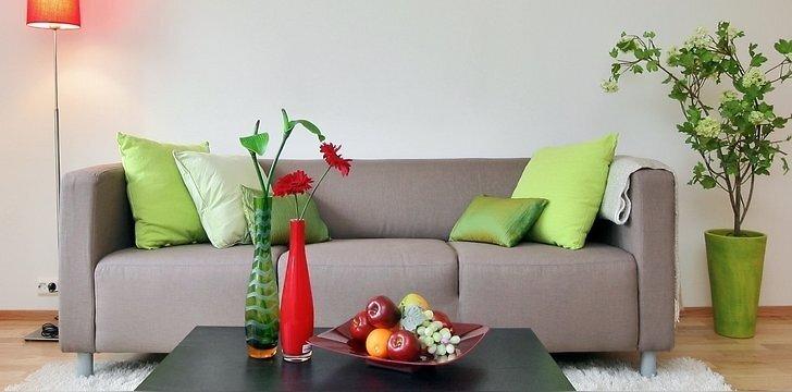 Pabandykite įsivaizduoti šį kampelį be spalvų. Steriliai nuobodu. O štai raudonos ir gaiviai žalios spalvos žaismas primena aguonų lauką.