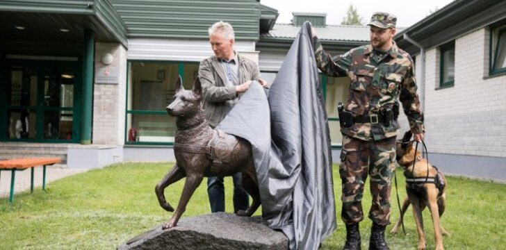 Skulptūros tarnybiniam šuniui Ramziui atminti atidengimas