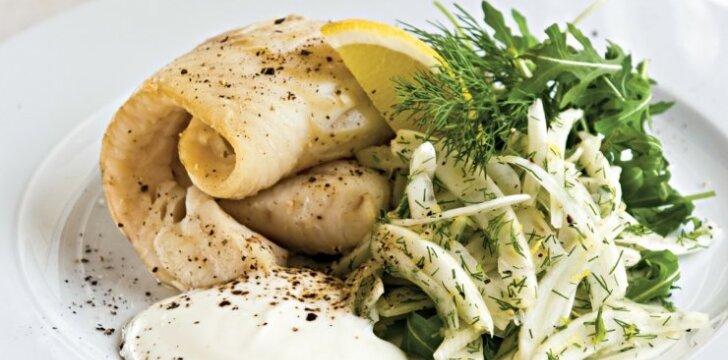 Baltoji žuvis su salotomis