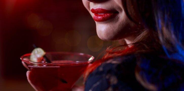 """Bare nepažįstamas vyras į kokteilį įpylė jai <span style=""""color: #c00000;"""">""""prievartautojų miltelių"""",</span> tačiau..."""