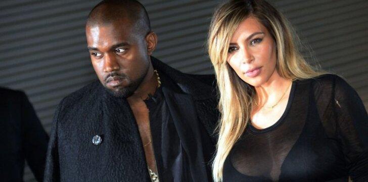 """Kim Kardashian su bikiniu demonstruoja, kaip sulieknėjo po gimdymo <span style=""""color: #ff0000;""""><sup>(foto - straipsnyje)</sup></span>"""