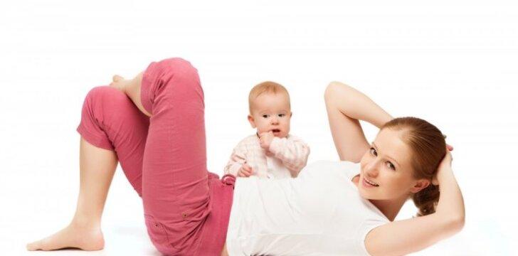 Mama su kūdikiu sportuoja
