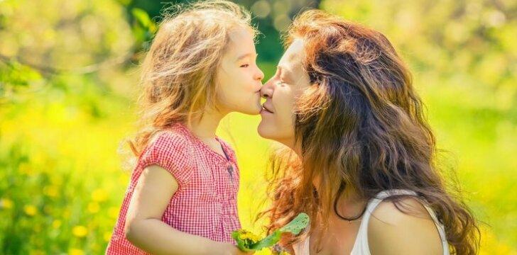Ar tikrai kenkia ir dėl to reikia liautis bučiuoti vaiką į lūpas: specialisto komentaras