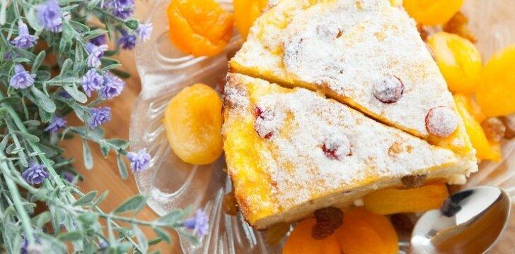 Auksinis varškės pyragas su konservuotais vaisiais