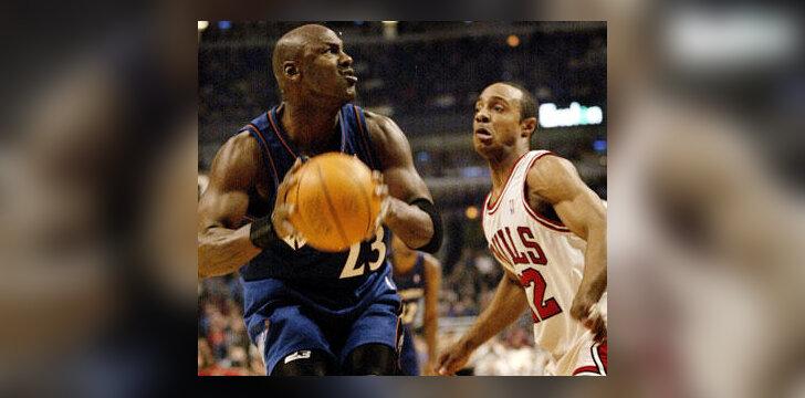 Michaelas Jordanas atakuoja per Jay Williamsą
