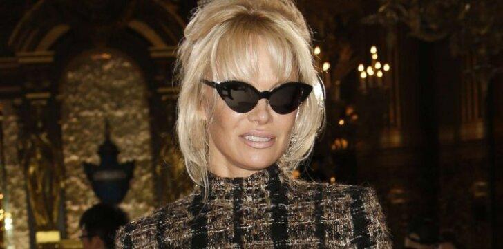50-metė Pamela Anderson drebina mados pasaulį - tokios jos seniai nematėme