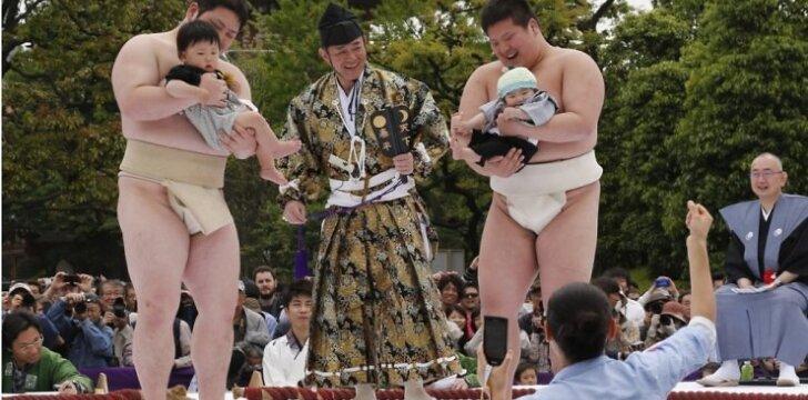"""Kodėl japonai stengiasi išgąsdinti ir pravirkdyti kūdikius? <sup><span style=""""color: #ff0000;"""">APKLAUSA, VIDEO</span></sup>"""